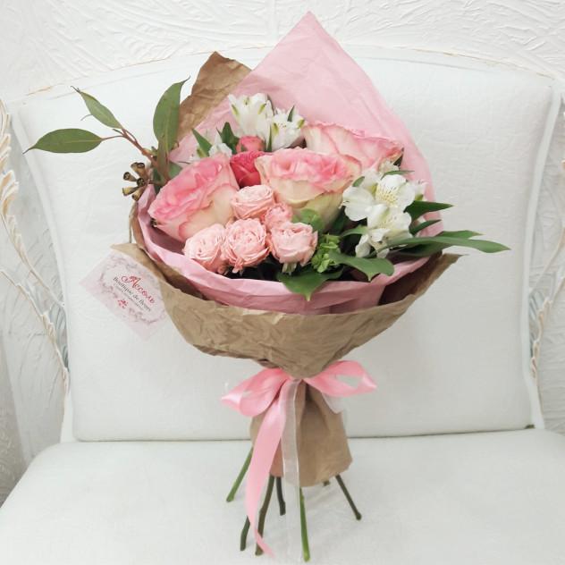 Кулек из роз и альстромерий