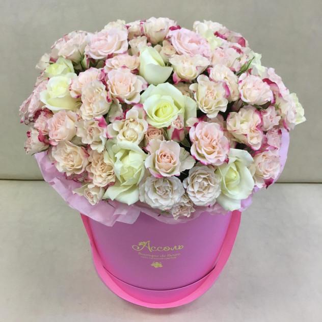 Коробка из кустовых и одноголовых роз