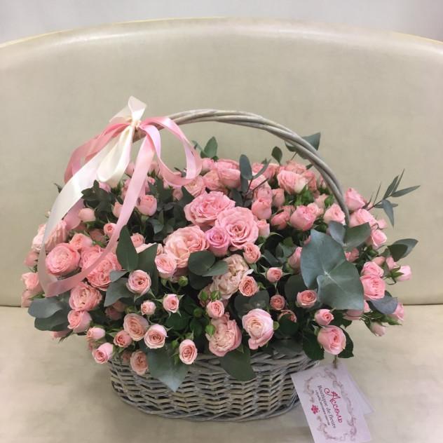 Огромная корзина с кустовой розой