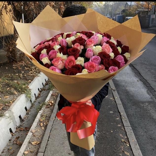 55 разноцветных роз
