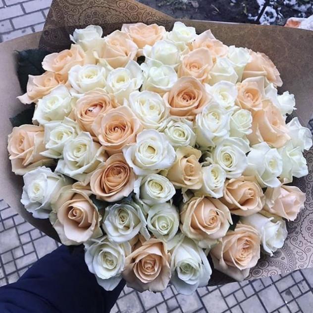 Букет из 51 белой и кремовой розы