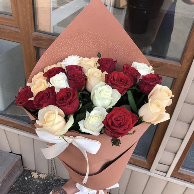 Кулек из разноцветных роз