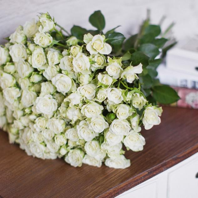 Букет из 21 белой кустовой розы