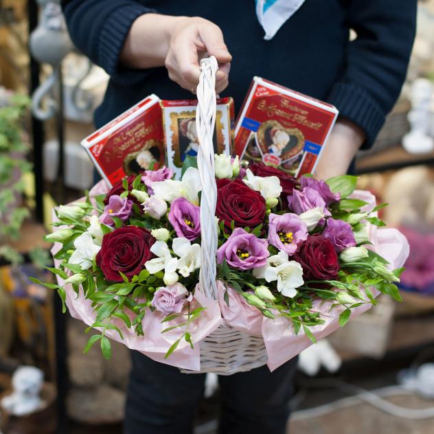 """Корзина с цветами и конфетами """"Цветы и шоколад"""""""