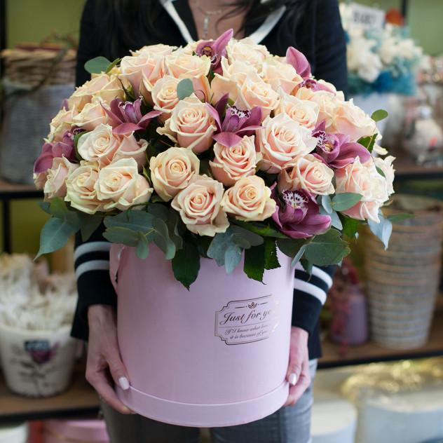 """Кутија со капа со рози """"Ираида"""""""