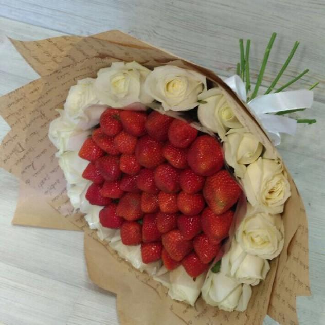 Клубника с розами.