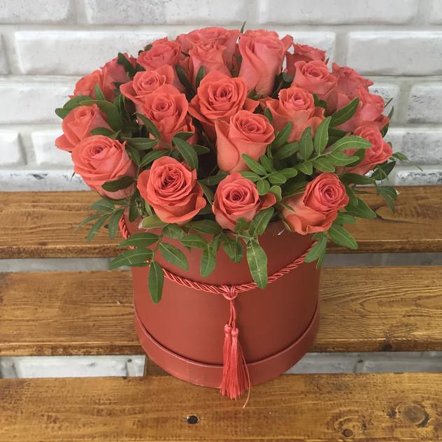 25 коралловых роз в коробке