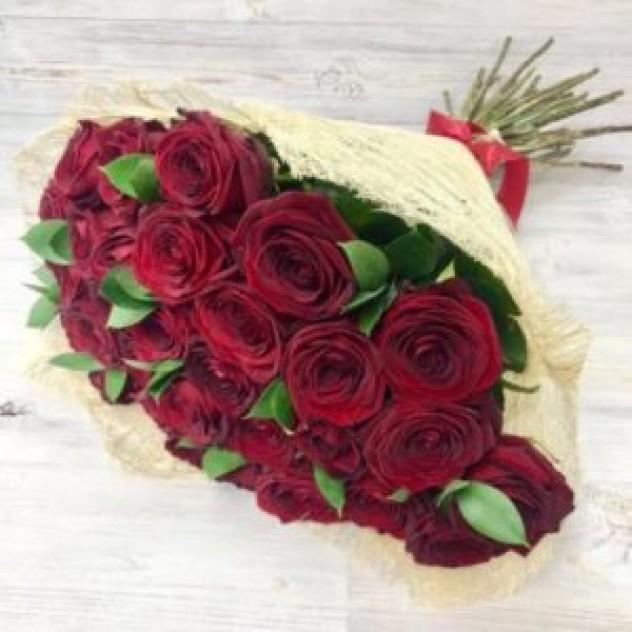Букет из 29 красных роз с зеленью (50 см, Эквадор)