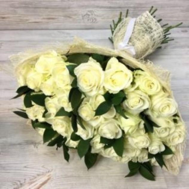 Букет из 29 белых роз с зеленью (50 см, Эквадор)