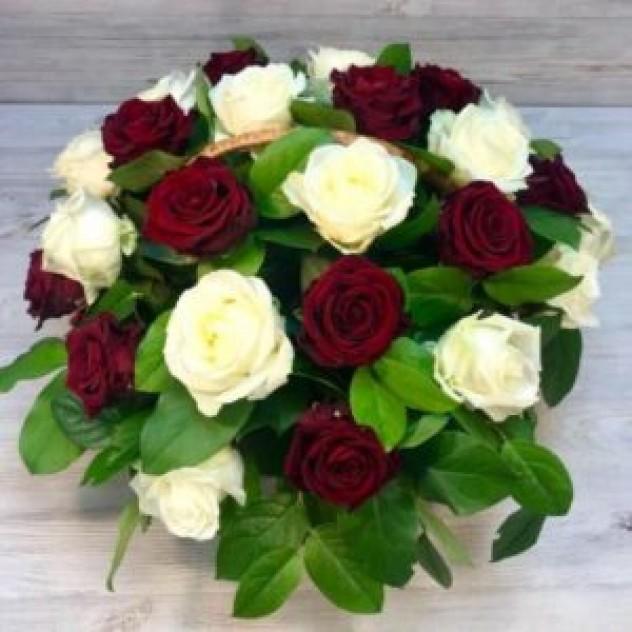 Корзина из 29 красно-белых роз