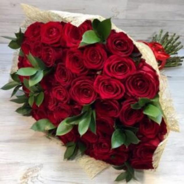 Букет из 51 красной  розы с зеленью (50 см, Эквадор)