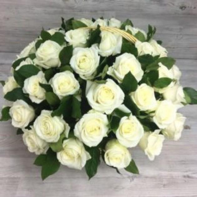 Корзина из 51 белой розы (Эквадор)