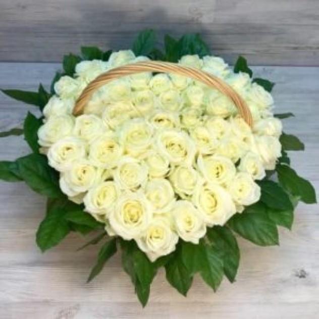 Корзина из 51 белой розы в форме сердца (20 см, Эквадор)