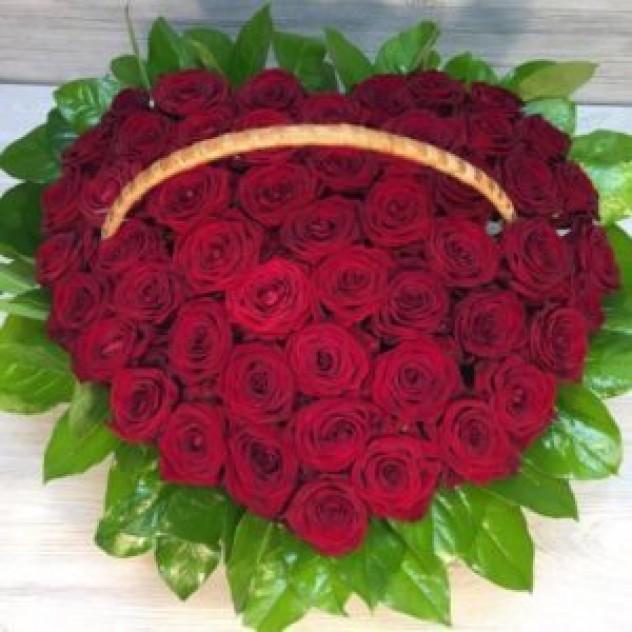 Корзина из 51 краснойй розы в форме сердца (Эквадор)