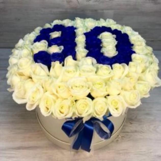 Шляпная коробка из 101  белой/синей розы с цифрами