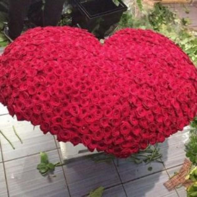 Корзина из 501 красной розы в форме сердца