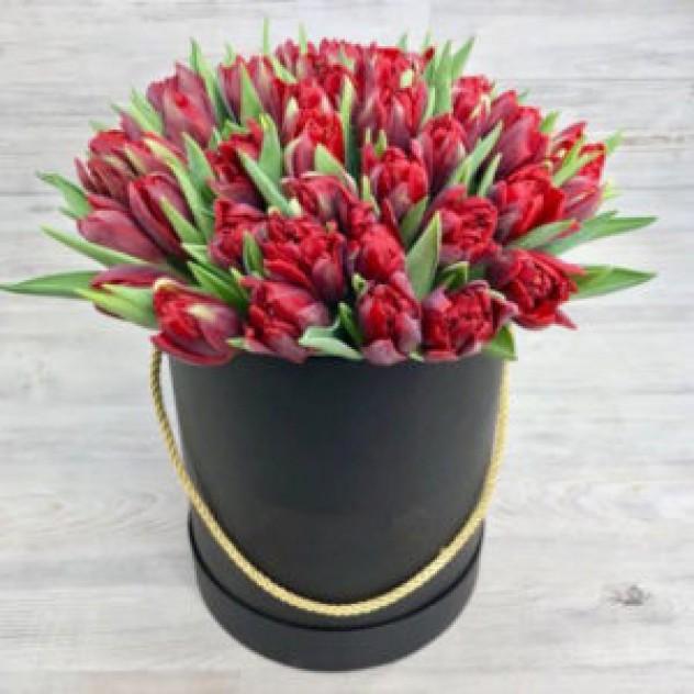 Шляпная коробка из 51 красного тюльпана  (30 см)