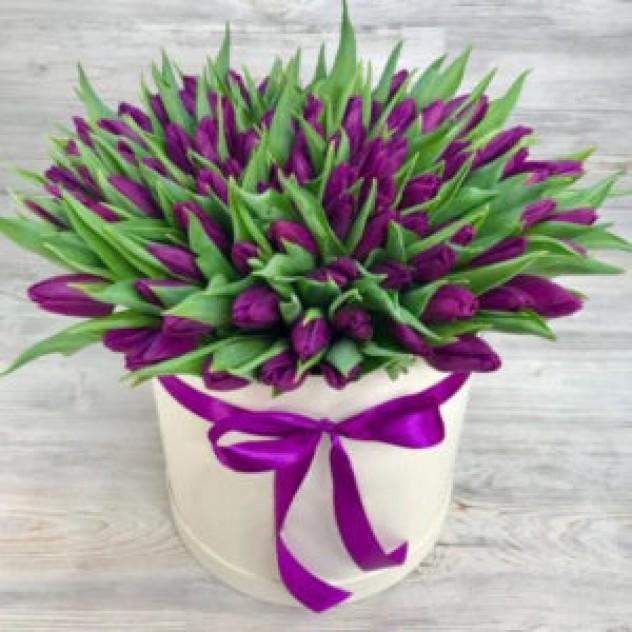 Шляпная коробка из 101 фиолетовогоого  тюльпана (30 см)