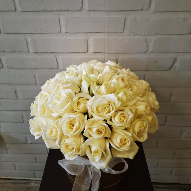 Белые розы в шляпной коробке