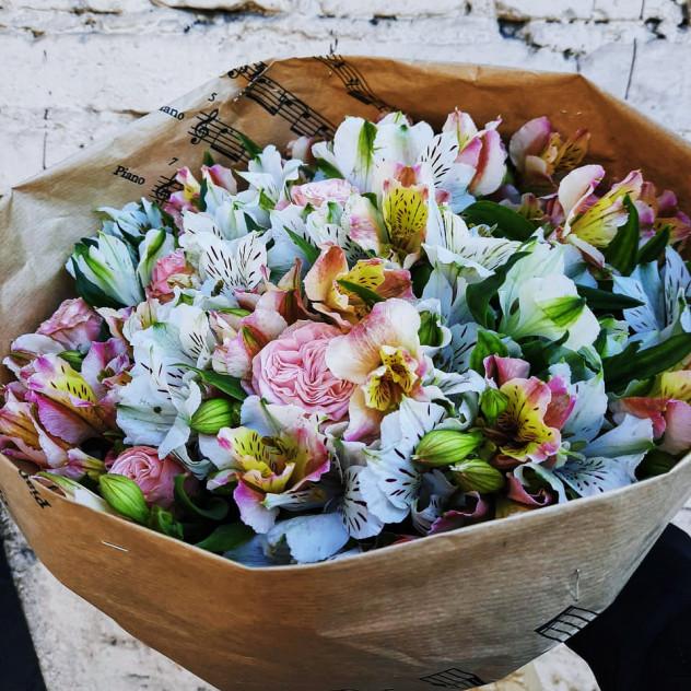 Букет с альстромерией и пионовидными розами Мисти Баблс