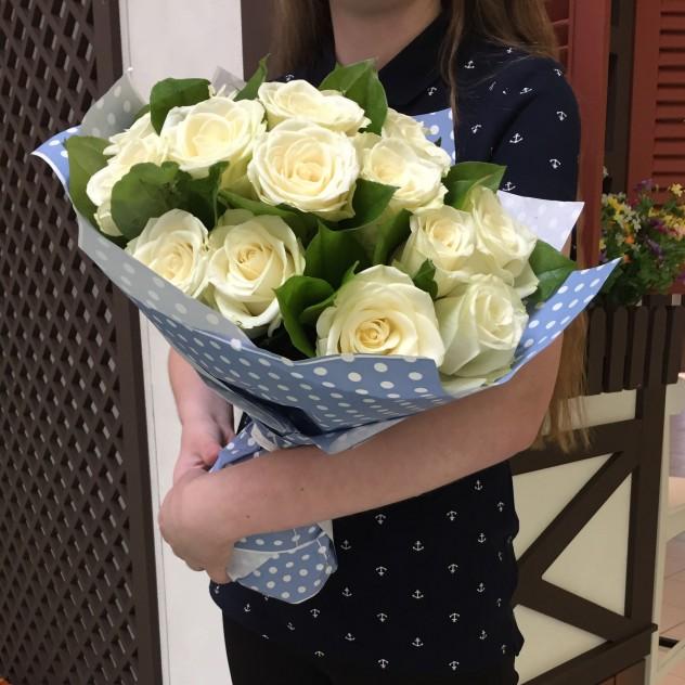 Розы белые в голубом крафте