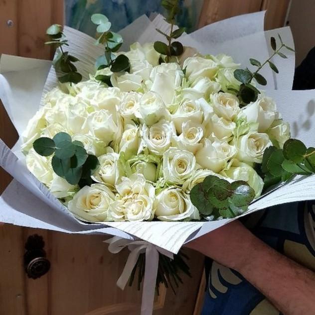 Асимметрия 55 роз от Floristic World. в дизайн упаковке с эвкалиптом