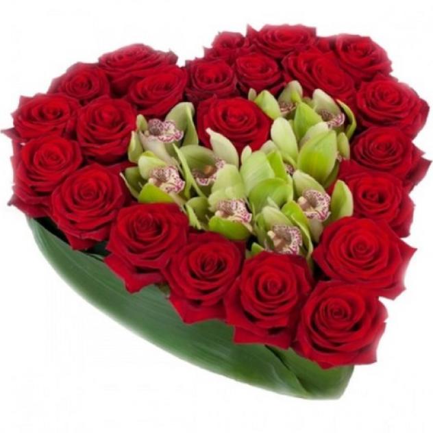Сердце из 21 красной розы с орхидей