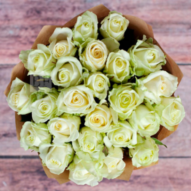 25 белых роз в крафте
