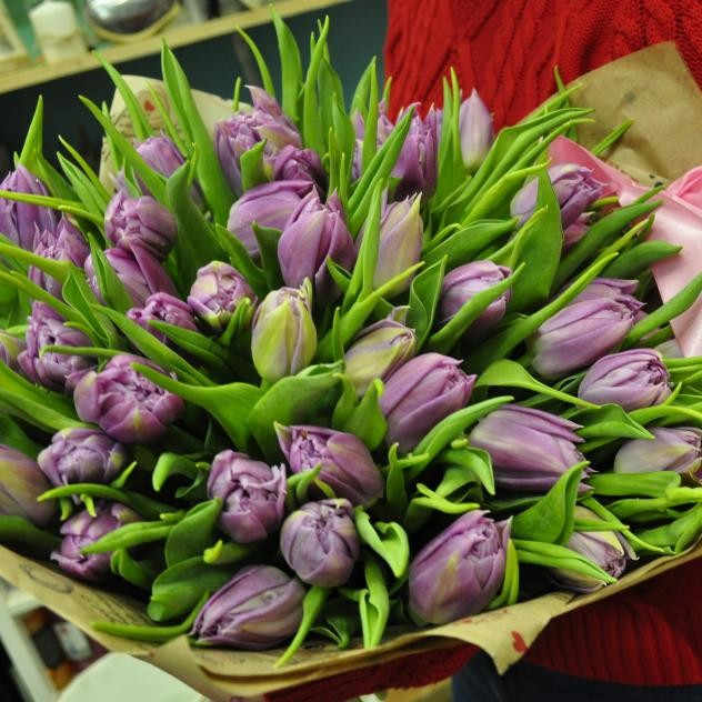 Букет ярких тюльпанов