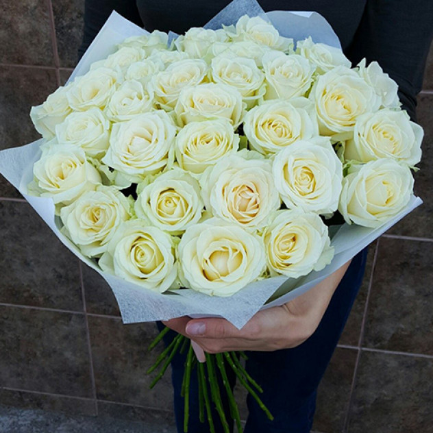 Букет 19 белых роз в оформлении