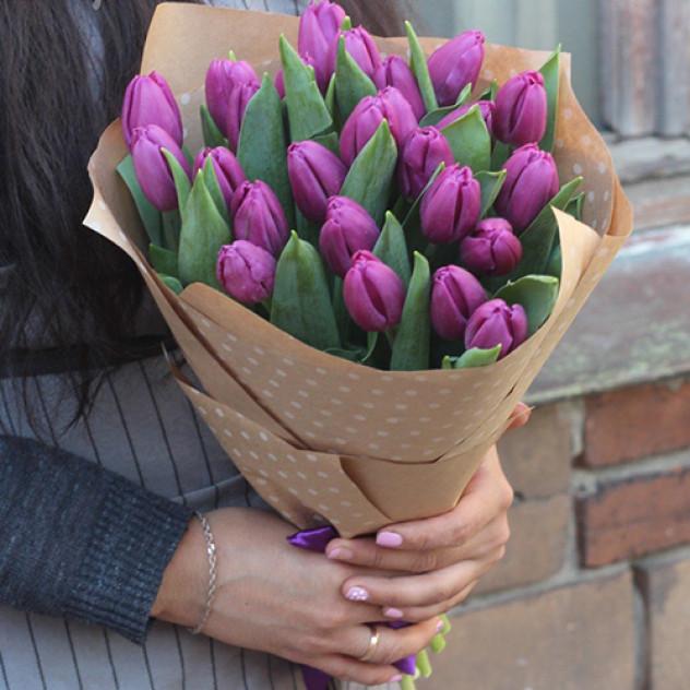 Букет 25 сиреневых тюльпанов