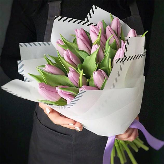 Букет 25 светло-сиреневых тюльпанов