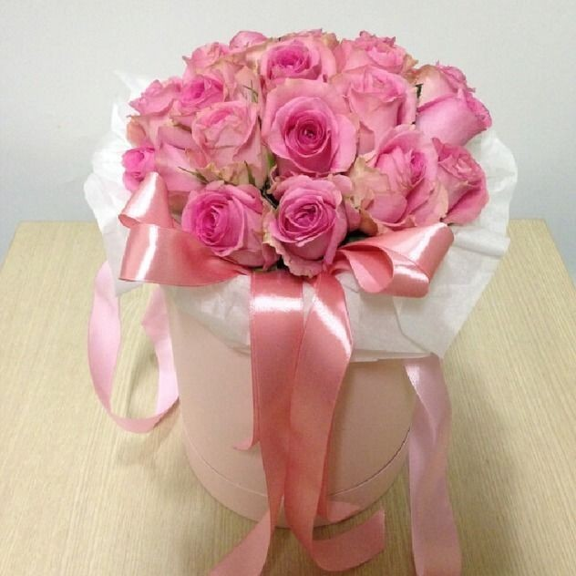 21 delicate roses in a hat box