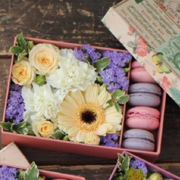 Rectangular box with flowers and delicious macaroons.