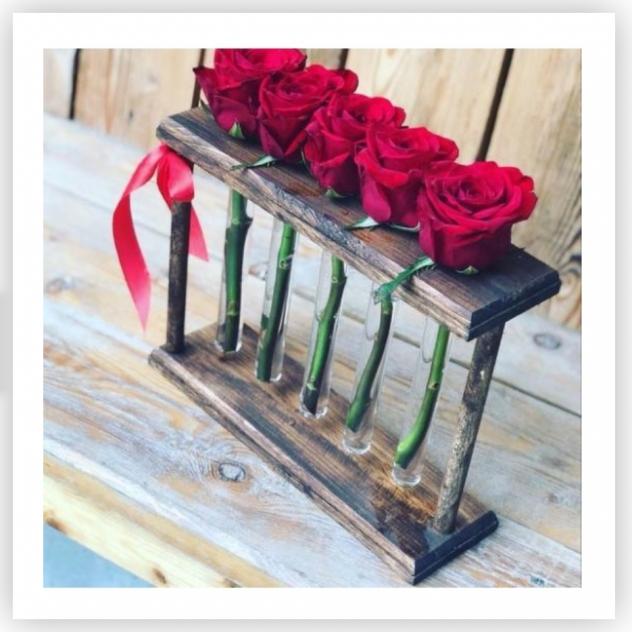 5 красных роз в боксе с пробирками