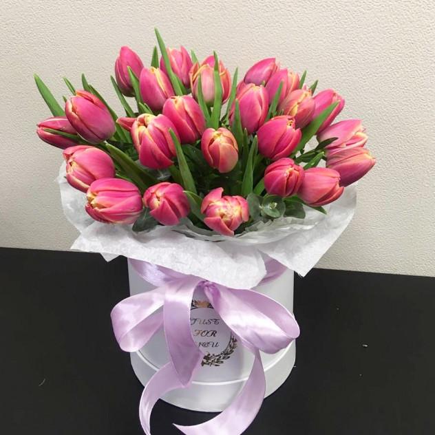 Шляпная коробка с пионовидными розовыми тюльпанами
