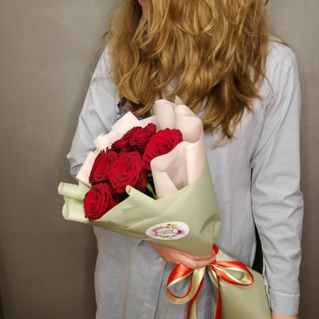 7 роз в модной упаковке