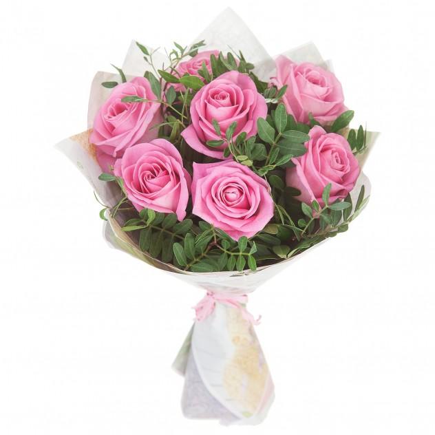 7 розовых роз в крафте