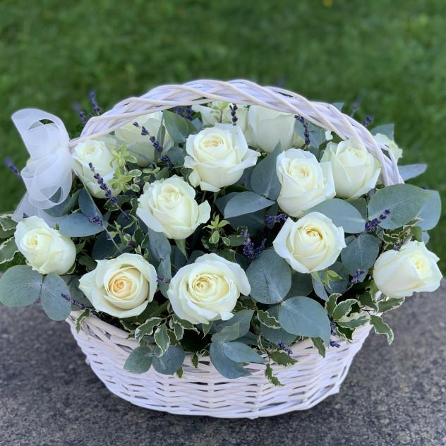 25 růží v košíku