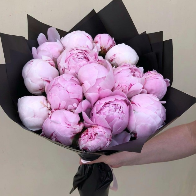 Букет из розовых пионов.